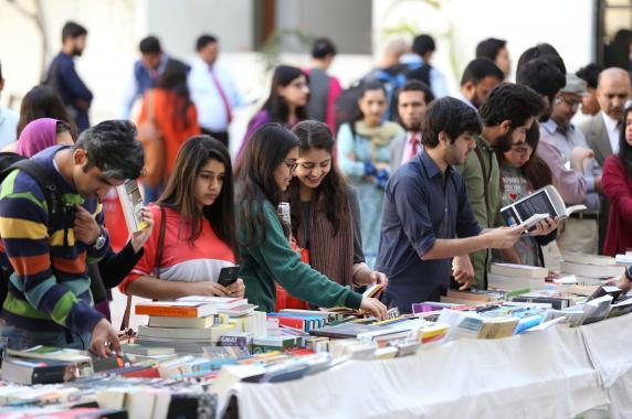 دانشگاه علوم مدیریت لاهور نمایشگاه کتاب سالانه خود را تحت عنوان دوستداران کتاب در کتابخانه گاد و بیرگیت رازینگ برگزار نمود.